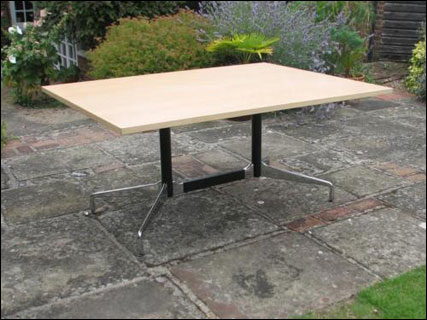 Segmented table with rectangular top