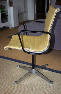 Charles Eames aluminium group chair manufactured by Hille